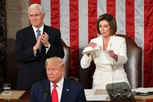 DAAWO:- Nancy Pelosi Oo Madaxweyne Trump Hortiisa Ku Jeexday Warqadii Khudbadiisa Ay Ku Qornayd