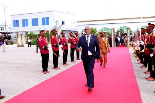 DAAWO:- Madaxweyne Muuse Biixi Oo Kusoo Laabtay Hargaysa Kana Waramay Kulankii Farmaajo Ee Addis Ababa