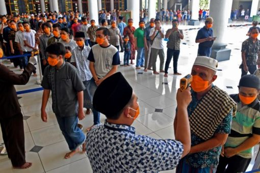 Muslimiinta Indonesia oo isku khilaafay Salaadda Jimcaha