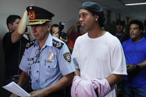 SPORT: Ciyaaryahan hore Ronaldinho oo xabsiga lagu dhex garaacay