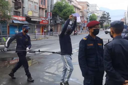 VIDEO: Booliska Nepal oo qaab layaab leh u xiraya dadka cabsi Coronavirus dartiis