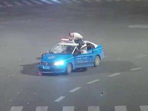 video:-mootoole-cabsan-oo-ku-dhacay-gaari-taxi-ah-–-daawo-waxa-ku-dhaca