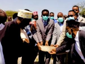daawo:-wasiirka-cafimadka-somaliland-oo-ka-dhagax-dhigay-xarun-caafimad-deegaanka-kala-baydh-ee-degmada-baki.